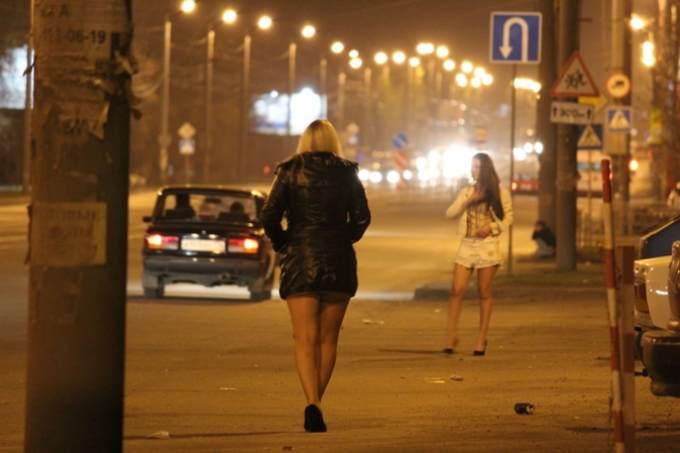 Фото проституток стоящих на улице 2 фотография