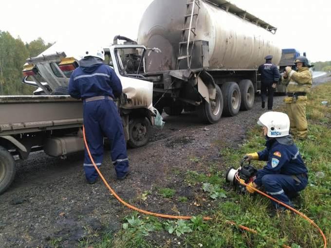 Натрассе Челябинск-Екатеринбург столкнулись два грузового автомобиля: шофёр умер